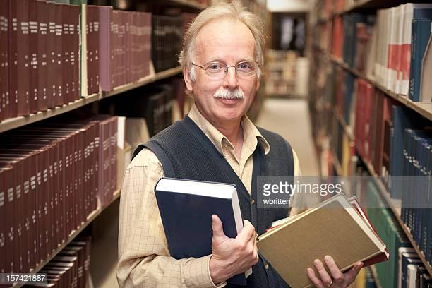 professor na biblioteca (xxl - homens de idade mediana imagens e fotografias de stock