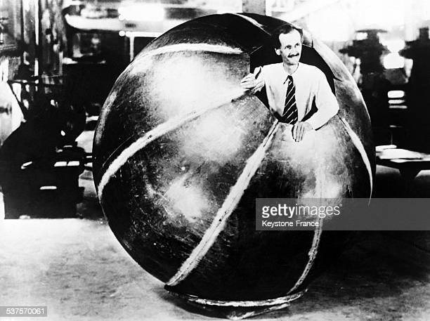 Professor Jean Piccard Auguste Piccard's brother aboard the basket who should send him in the stratosphere on 13 June 1933
