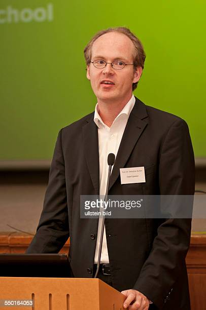 Professor Utz Dullien von der Hochschule für Technik und Wirtschaft Berlin bei der Eröffnung der dreitägigen Summer School 2013