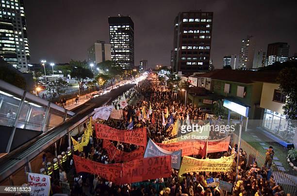 Professores e grupo de Black Bloc participam de protesto pela educação em São Paulo. Na Marginal Pinheiros houve confronto com a polícia e mais de 54...