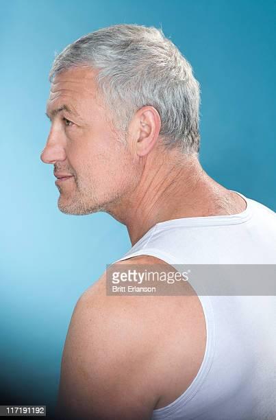 profilo di capelli grigi uomo - capelli grigi foto e immagini stock