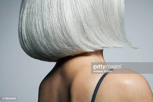 profile of a grey haired woman in a bob, cropped. - graues haar stock-fotos und bilder
