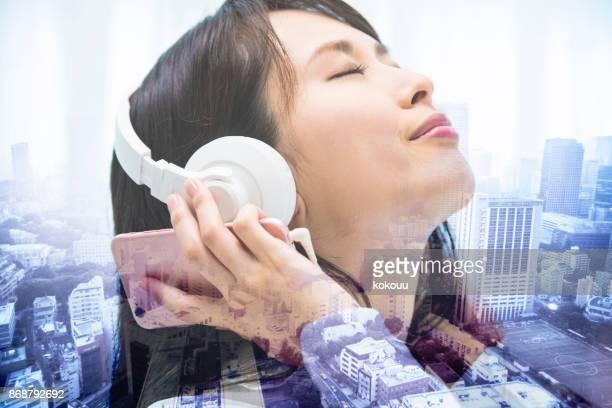 Ein Profil einer Frau, die Musik hören.