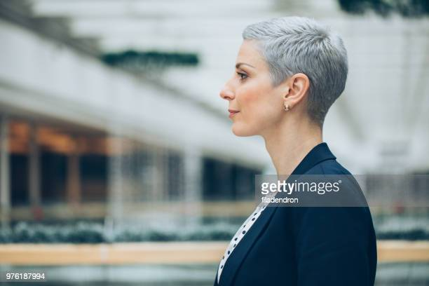 profile of business woman - mid adult women stock pictures, royalty-free photos & images
