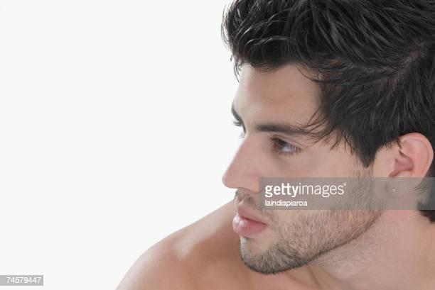 profile of hispanic man with bare shoulders - naakte man en profiel stockfoto's en -beelden