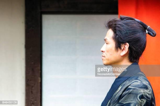 江戸村内を歩いて衣装で武士のプロファイル - 警護する ストックフォトと画像