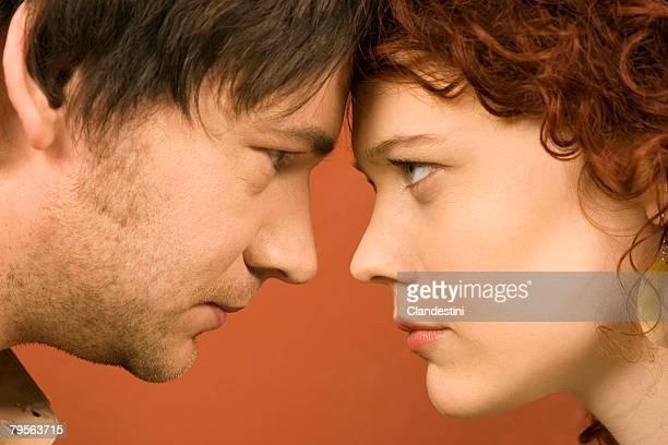 profile of man and woman staring at each other - heterosexuelles paar stock-fotos und bilder