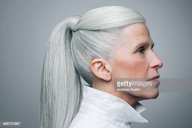profile of mature woman with grey hair, portrait. - haar naar achteren stockfoto's en -beelden