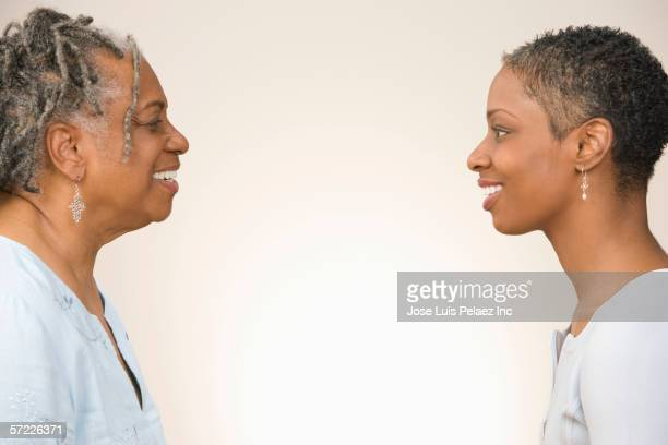 profile of mother and daughter facing each other - encarando - fotografias e filmes do acervo