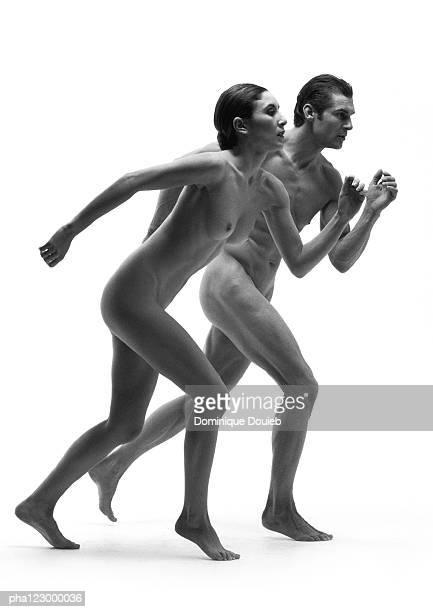 profile of nude man and woman running side by side, b&w - naakte man en profiel stockfoto's en -beelden