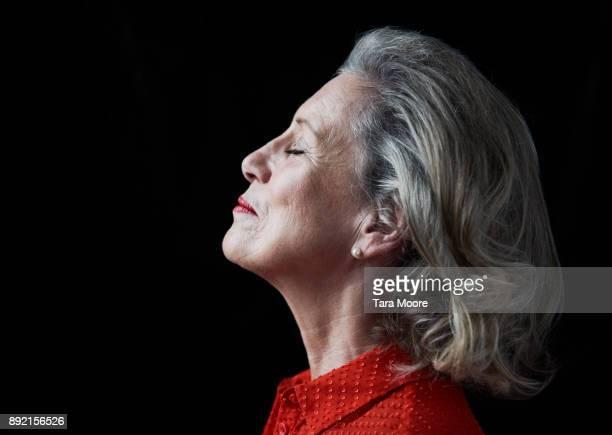 profile of older woman - eine seniorin allein stock-fotos und bilder