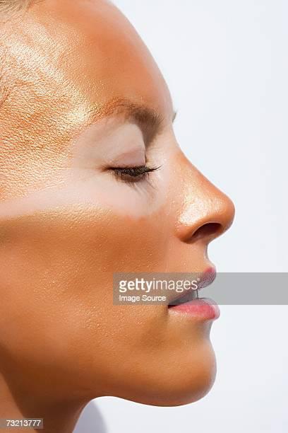 profile of sunburnt woman - coup de soleil photos et images de collection