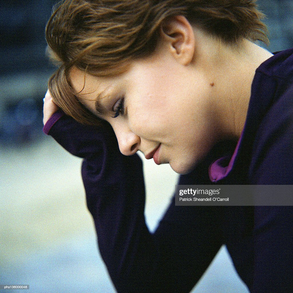 Profile of woman with forehead rested in hand : Stockfoto
