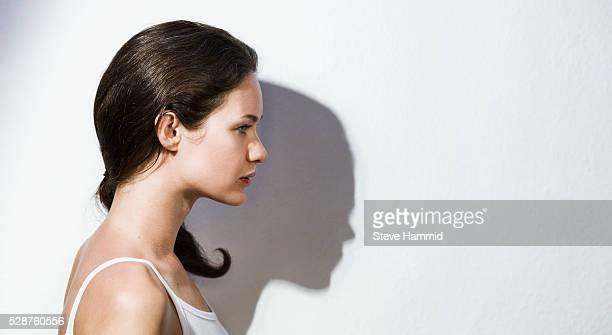 profile of young woman - cabello castaño fotografías e imágenes de stock