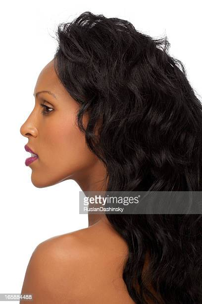 portrait de profil de jeune femme.