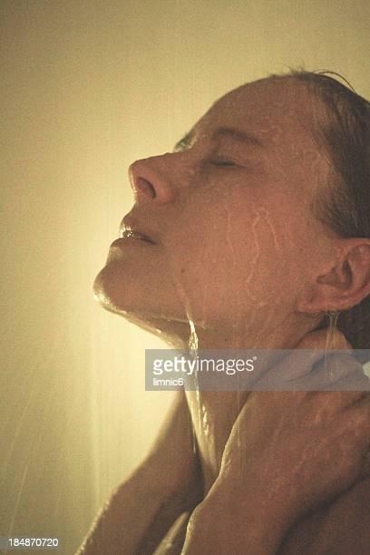 profile selfportrait - frau unter dusche stock-fotos und bilder