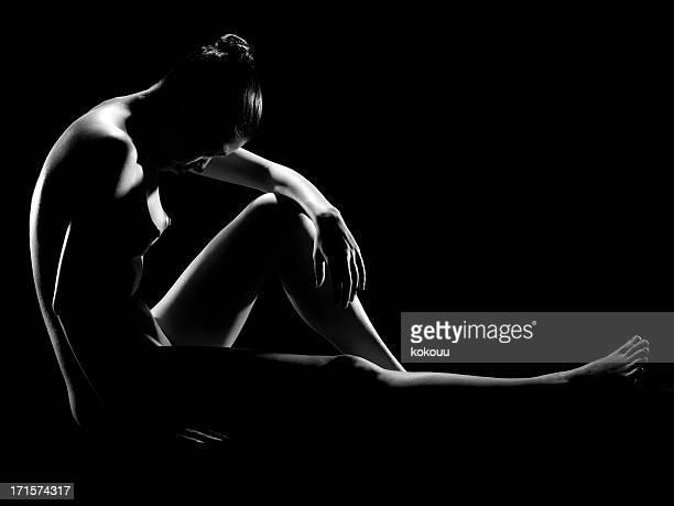perfil foto de uma mulher sentada no chão - silhueta de corpo feminino preto e branco - fotografias e filmes do acervo