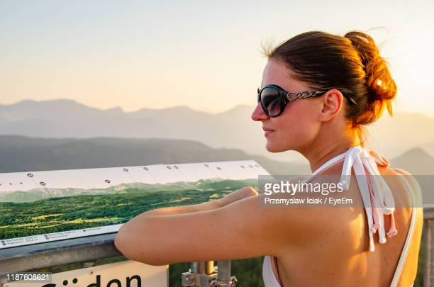 profile view of women standing at observation point during sunset - クラーゲンフルト ストックフォトと画像