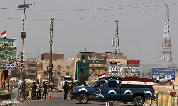 Progovernment Iraqi security forces man a checkpoint in the northern Iraqi city of Tikrit on April 9 2015 AFP PHOTO / AHMAD ALRUBAYE