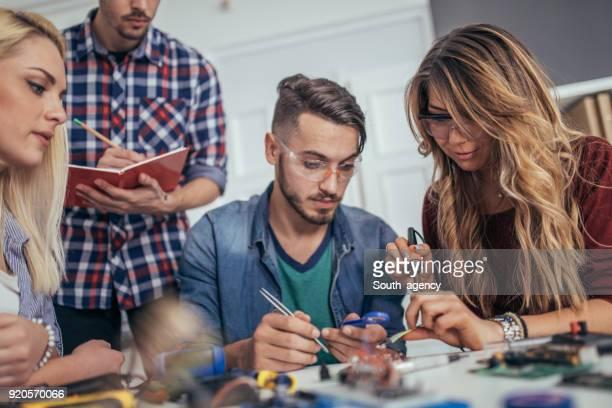team programmatore che lavora - l'uomo e la macchina foto e immagini stock