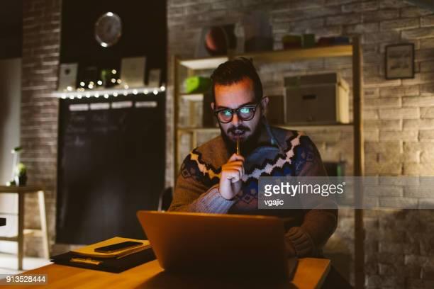 彼の事務所で夜遅くまで働くプログラマ