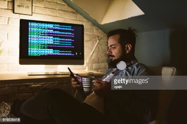 programmeur travaillant tard dans son bureau - crypto monnaie photos et images de collection