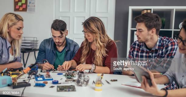 programmatori e studenti - l'uomo e la macchina foto e immagini stock