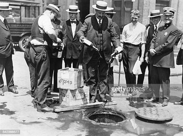 Prohibition Publicly pouring out bottles of alcohol during the era of prohibition in the US 1926 Vintage property of ullstein bild