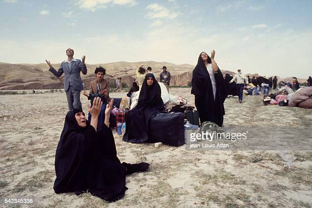 Pro-Khomeini Shiite Iraqis flee Iraq for refuge in Iran.