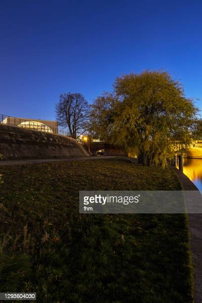 promenade and spree river at blue hour (tiergarten district of berlin) - german chancellery stock pictures, royalty-free photos & images