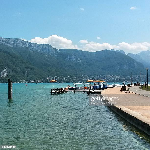 promenade by lake annecy against mountain - annecy photos et images de collection