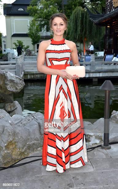 Prominente aus der Hansestadt feiern beim legendären Hamburger Sommerfest im Hamburg Yu Garden Ina Menzer ist eine ehemalige deutsche Profiboxerin im...