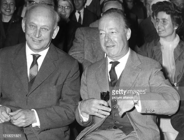 Der Schauspieler Heinz Rühmann und der Landgerichtspräsident Gustav Voll verfolgen am 17 Mai 1962 in der ersten Reihe der Zuschauerbänke die...
