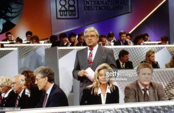 Prominenten Playback Show Spendengala, Wohltätigkeits-Event mit telefonischem Spendensammeln, Deutschland 1995, am Telefon: Hans Meiser beobachtet...