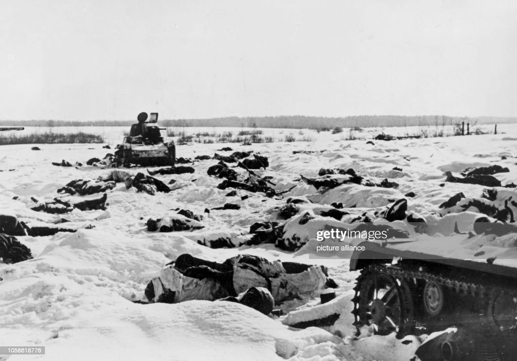 Third Reich - Dead bodies at the Eastern front 1942 : News Photo