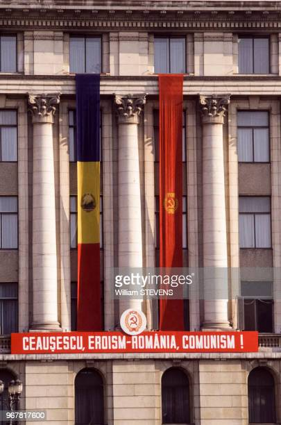 Propagande à la gloire de Nicolae Ceausescu sur un édifice public le 22 novembre 1989 à Bucarest Roumanie
