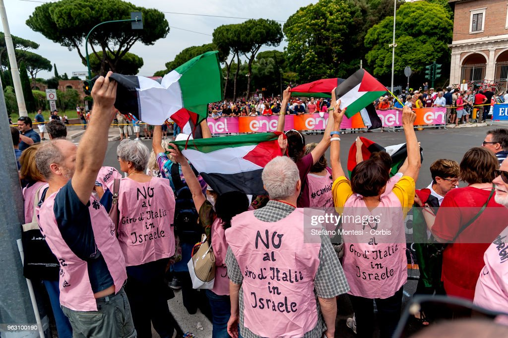 Pro-Palestine activists contest Tour of Italy cycling race : ニュース写真