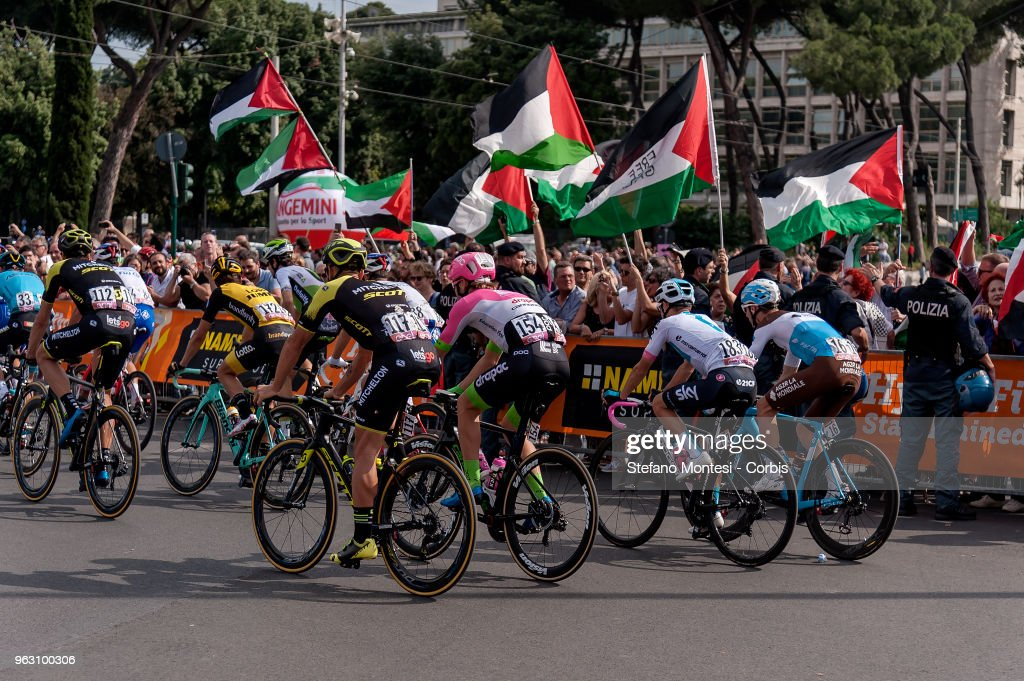 Pro-Palestine activists contest Tour of Italy cycling race : Foto di attualità