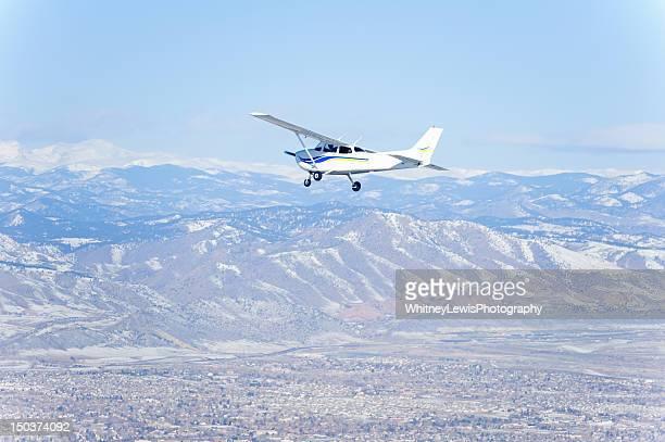 Avion à hélice et montagnes