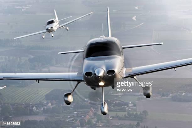 propeller moderne Flugzeug fliegen in Bildung