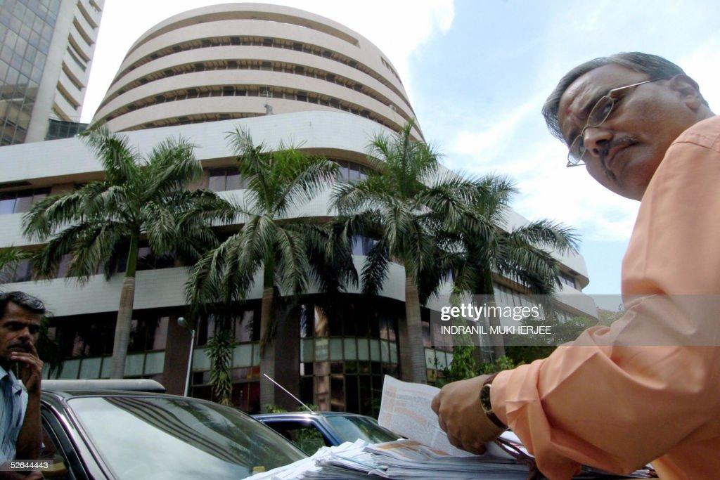 A prospective investor leafs through sub : News Photo