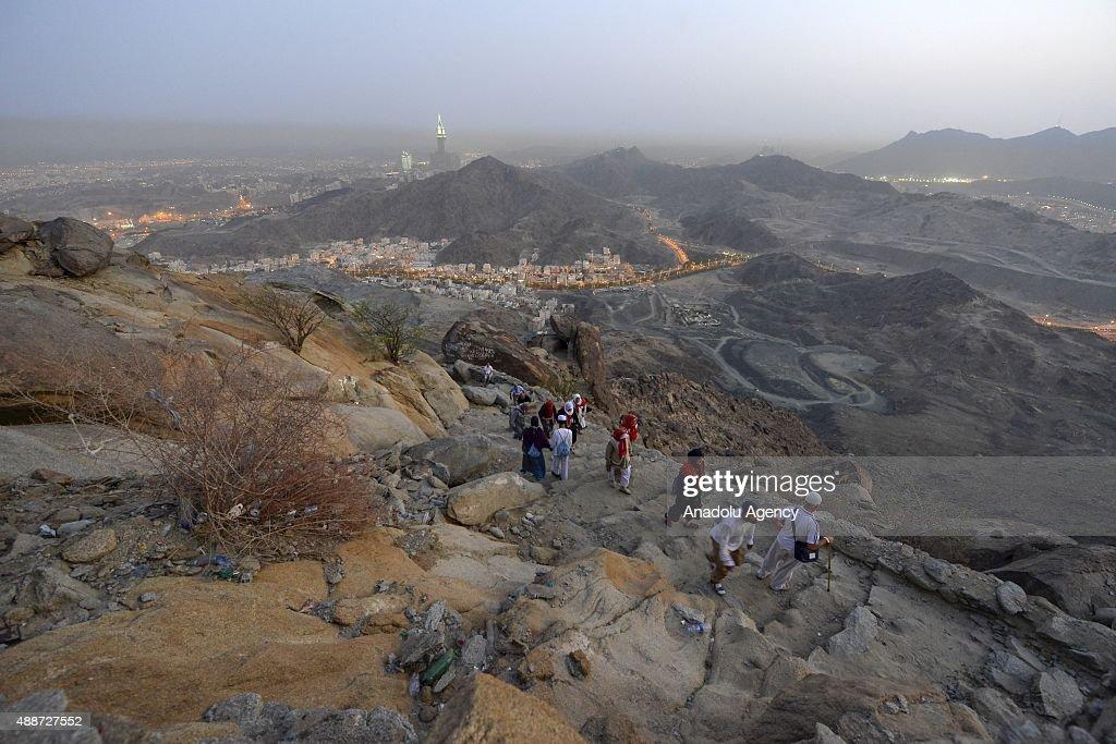 Prospective pilgrims at Ghar al-Thawr : News Photo