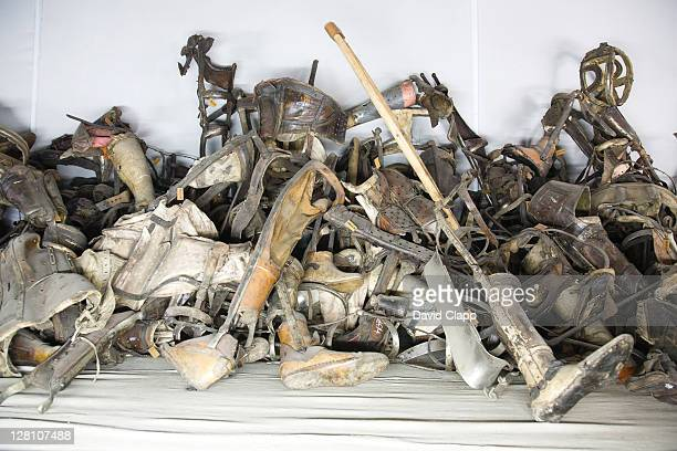 prosthetic limbs taken from prisoners in display case at auschwitz concentration camp, poland - extremismo imagens e fotografias de stock
