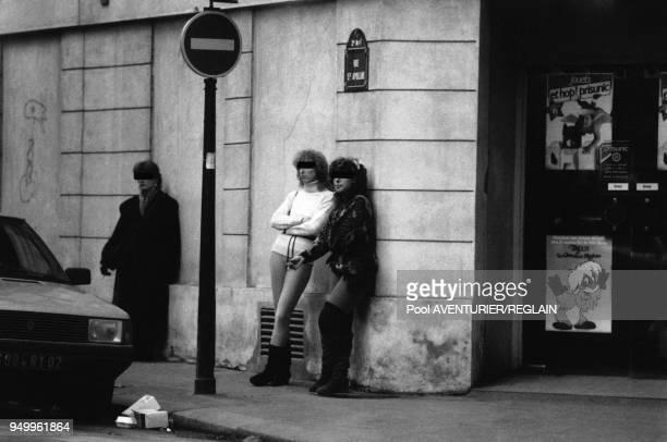 Prostituées dans la rue Saint Denis en novembre 1985 à Paris, France.
