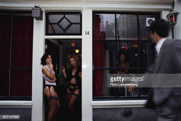 prostitutes in amsterdam's red light district - huren stock-fotos und bilder