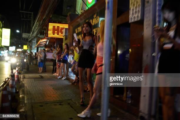 prostituierte in der soi nana bürgersteig, sukhumvit, bangkok, thailand - asian miniskirt stock-fotos und bilder