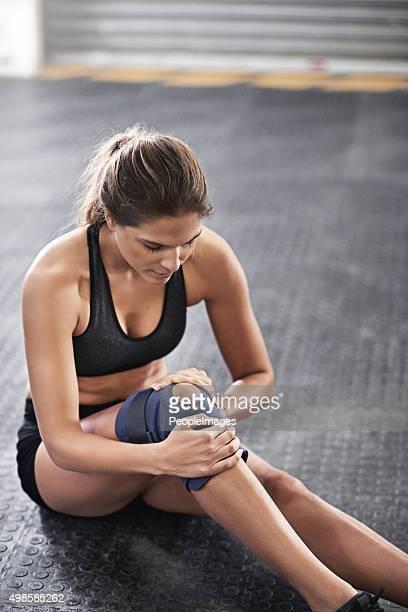 Protégeant la blessure au genou de plus