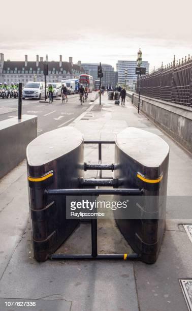 ウェストミン スター ・ ブリッジへの入り口に防護壁。3 月 2017年テロリストの攻撃の結果としてこれらの防護壁を設置 - ウェストミンスター橋 ストックフォトと画像