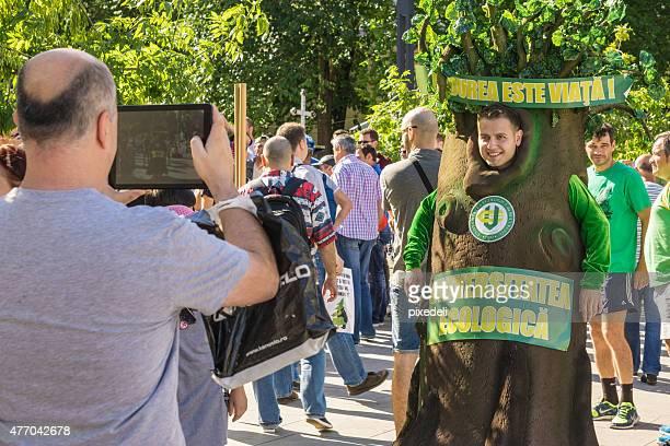 protest gegen deforestration in bukarest - bucharest protest stock-fotos und bilder