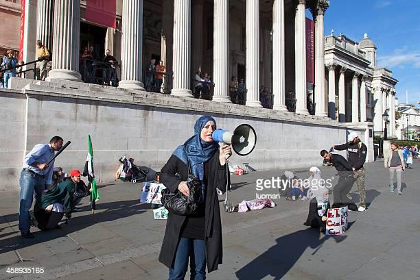 demonstration gegen den bürgerkrieg in syrien - demokratie stock-fotos und bilder